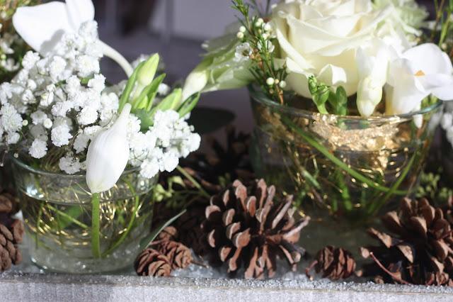 Centerpieces Winterhochzeit in den Bergen von Garmisch-Partenkirchen, Riessersee Hotel, Hochzeitshotel in Bayern, Gold, Weiß, Tannenzapfen, Winter wedding gold, white, pine cones, lake-side wedding abroad