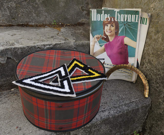 magazines des années 60 , patchs , anse de sac à main, malette ronde ecossaise   60s fashion mags , tartan round case , patches , metal handle