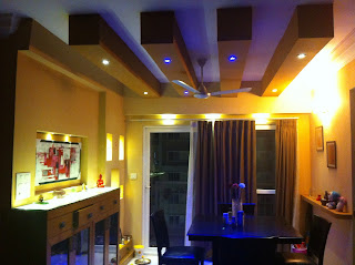 Living room with false roofing and lighting