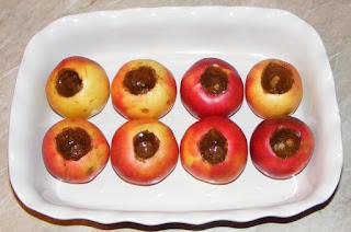 retete desert din mere curatate de cotor si unse cu miere de albine si scortisoara macinata, cum facem mere coapte la cuptor, retete culinare,