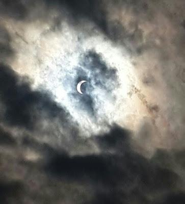 Gambar-Gambar Kreatif Gerhana Matahari