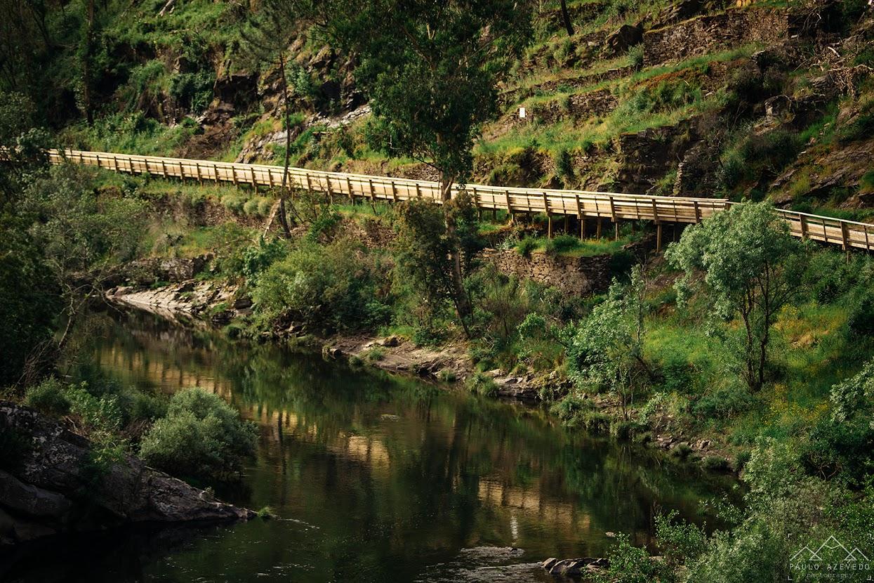 Passadiços espelhados no rio Paiva