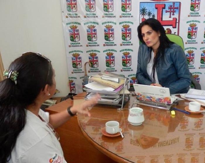 Viscarra atendiendo a la población cruceña en la Brigada Parlamentaria en 2015 / ARCHIVO