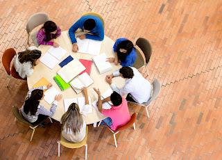 Reunión de trabajo en mesa redonda