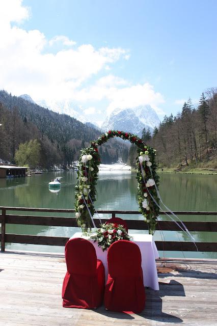 Trauung am See, Monaco di Bavaria wine shades and wood grains, Hochzeitsmotto, heiraten 2017 im Riessersee Hotel Garmisch-Partenkirchen, Bayern, wedding venue, dunkelrot, dunkelgrün, Weinthema