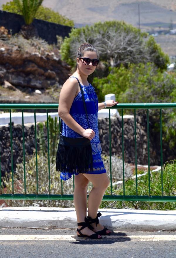 look_vestido_azul_vaporoso_sandalias_atadas_bimba_y_lola_lolalolailo_01