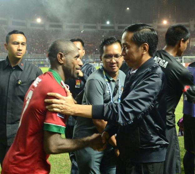 Jokowi Langsung Salami Pemain Timnas Indonesia Usai Menang 2-1 Lawan Vietnam