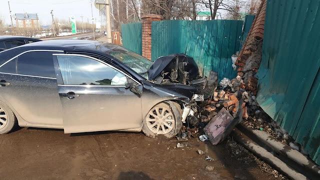 В Дюртюли Toyota Camry на полном ходу въехала в забор