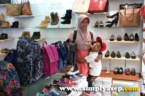 TAS DAN SEPATU:  Perlu tas baru untuk puta putri anda? Di Mall Malioboro juga ada banyak pilihan dengan harga menarik.  Foto Asep Haryono