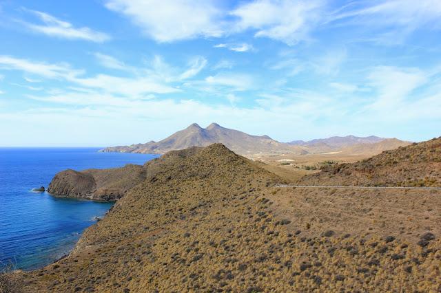 surowe wzgórza parku narodowego Cabo de Gata ze szczytem El Fraile w formie wielbłądziego grzbietu