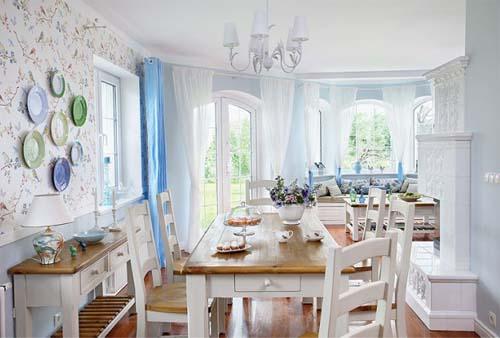 Vista della zona pranzo di una casa arredata con tre diversi stili: inglese, scandinavo e americano