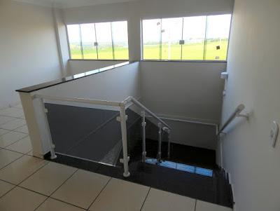 O setor administrativo conta com 206 m² divididos em dois pavimentos, com acabamentos de primeira linha em ambientes claros e bem iluminados.