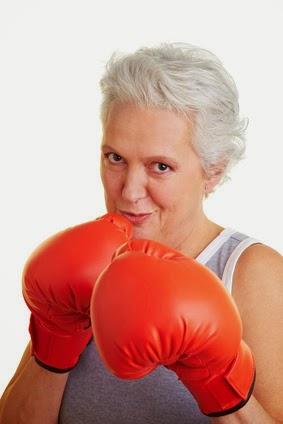 Femme combative avec gants de boxe