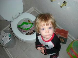 बच्चों की इन तस्वीरों को देख आप भी समझ जाओगे की छोटे पैकेट में बड़ा धमाका क्या होता है (Funny Kids Masti Time While Alone At Home)