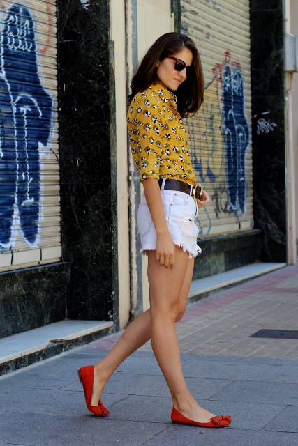 Camisa con sombrillas y shorts