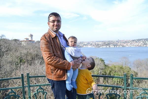 Hıdiv Kasrı boğaza karşı seyir terasında oğullarım ve babaları, İstanbul
