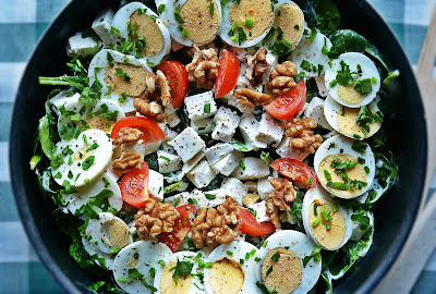 Sałatka ze szpinakiem, jajkami, fetą i sosem ziołowo-czosnkowym