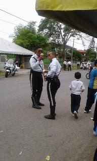 Polis Belanja Budak Sekolah Aiskrim