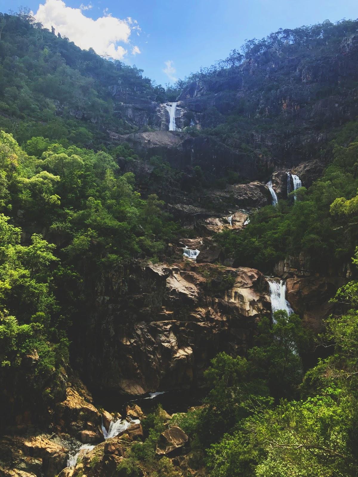 Wodospad Jourama Falls w parku narodowym Paluma Range w Australii