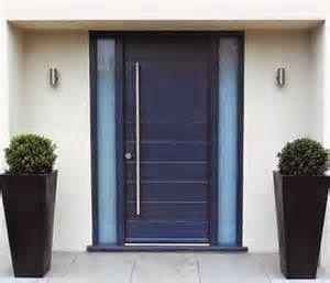 Apabila berbicara tentang kayu jati yang berkualitas sebagai material pembuat kusen pintu rumah minimalis,