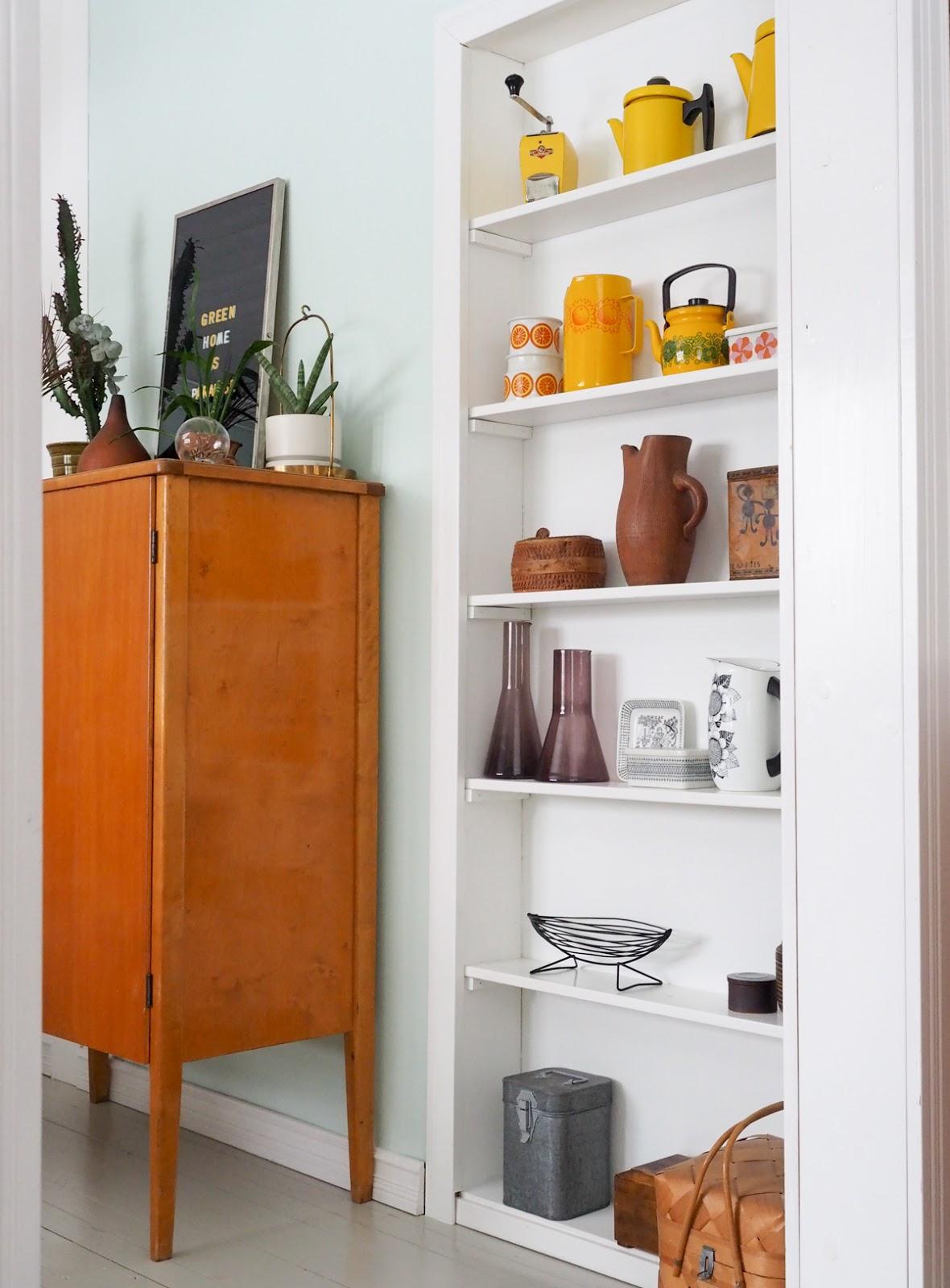 Vanhaan oviaukkoon tehty hylly, vanhat astiat, värikäs koti