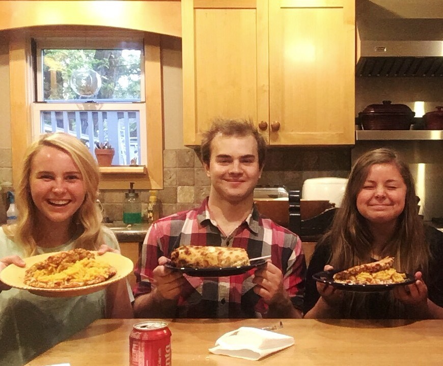 friends eating pizza with mac n cheese