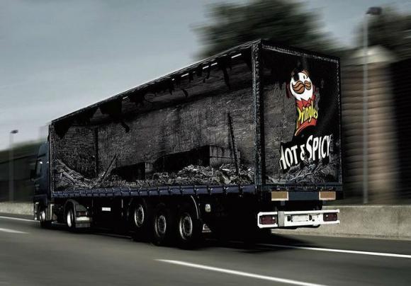 Anuncio ingenioso en caja de trailer