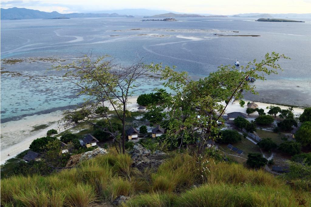 Pulau Kanawa dari atas bukit