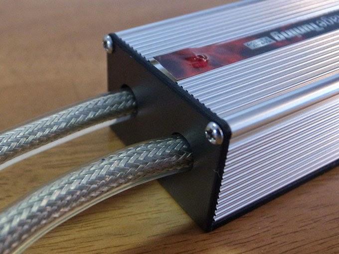 Remix QIC-10 サンダーUPⅡ-2 パルス発生器。効率の良さそうなアルミメッシュのコードを使用していますがサルフェーションの除去だけならこれほど豪勢なコードは要らない