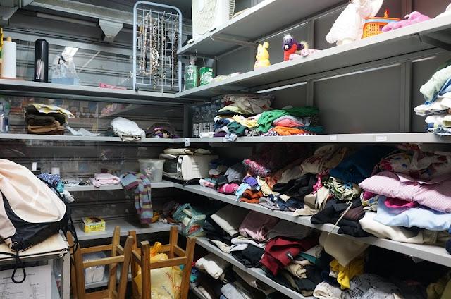 falta de categorização das roupas e acessórios da banca CEU - Santos