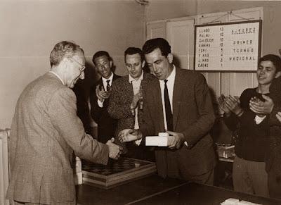 Joaquim Calduch recogiendo su premio en el I Torneo Nacional de Ajedrez de Granollers 1964
