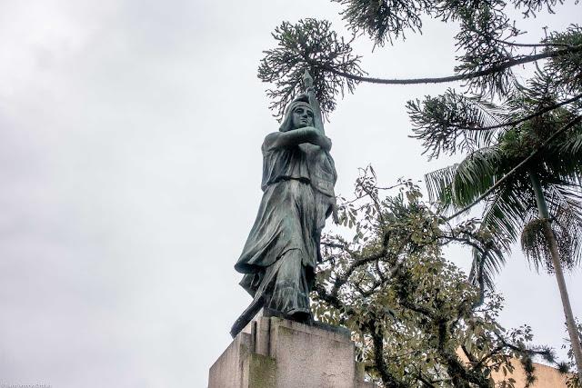 Monumento à República. Estátua de mulher como alegoria da república.