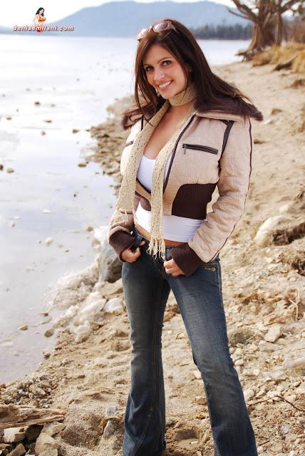 Gorgeous-Denise-Milani-Internet-Model-Big-Bear-Photoshoot-Picture-HD-20