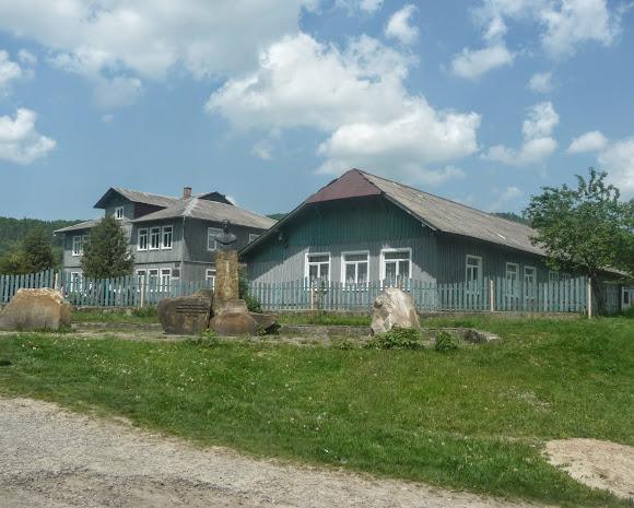 Казаковка. Памятник Юрию Мушаку – преподавателю, переводчику, литературоведу