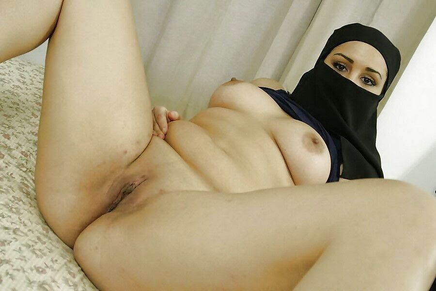 Exposed arabs in hijab masturbates on porn hijab webcam