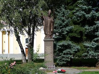 Житомир. Замковая пл. Памятник Папе Римскому Иоанну Павлу II