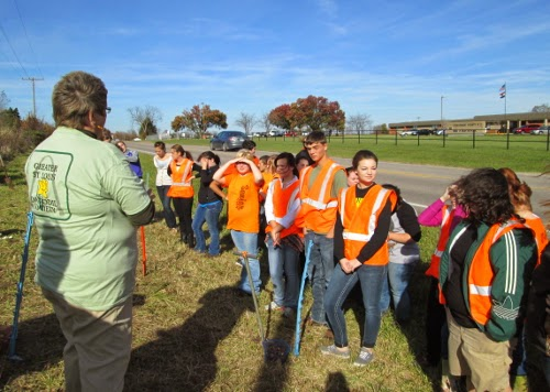 High School Students ready to plant daffodils