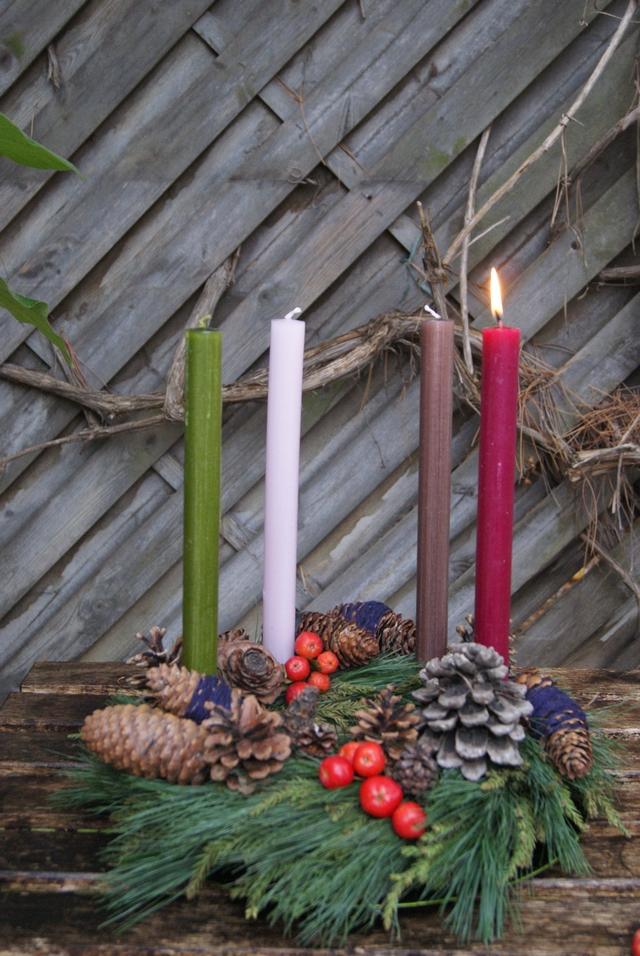 Adventskranz mit vier verschiedenfarbigen Kerzen
