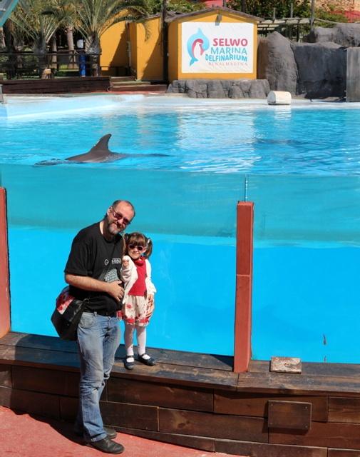Helia emocionada al ver por primera vez a un delfín