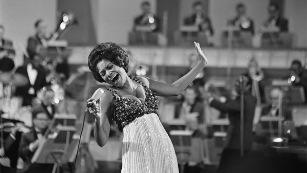 Nancy Wilson durante una actuación en televisión