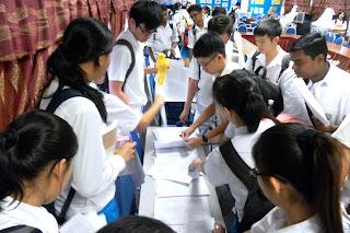 Calon STPM mendapatkan sumber rujukan kerja kursus daripada guru.