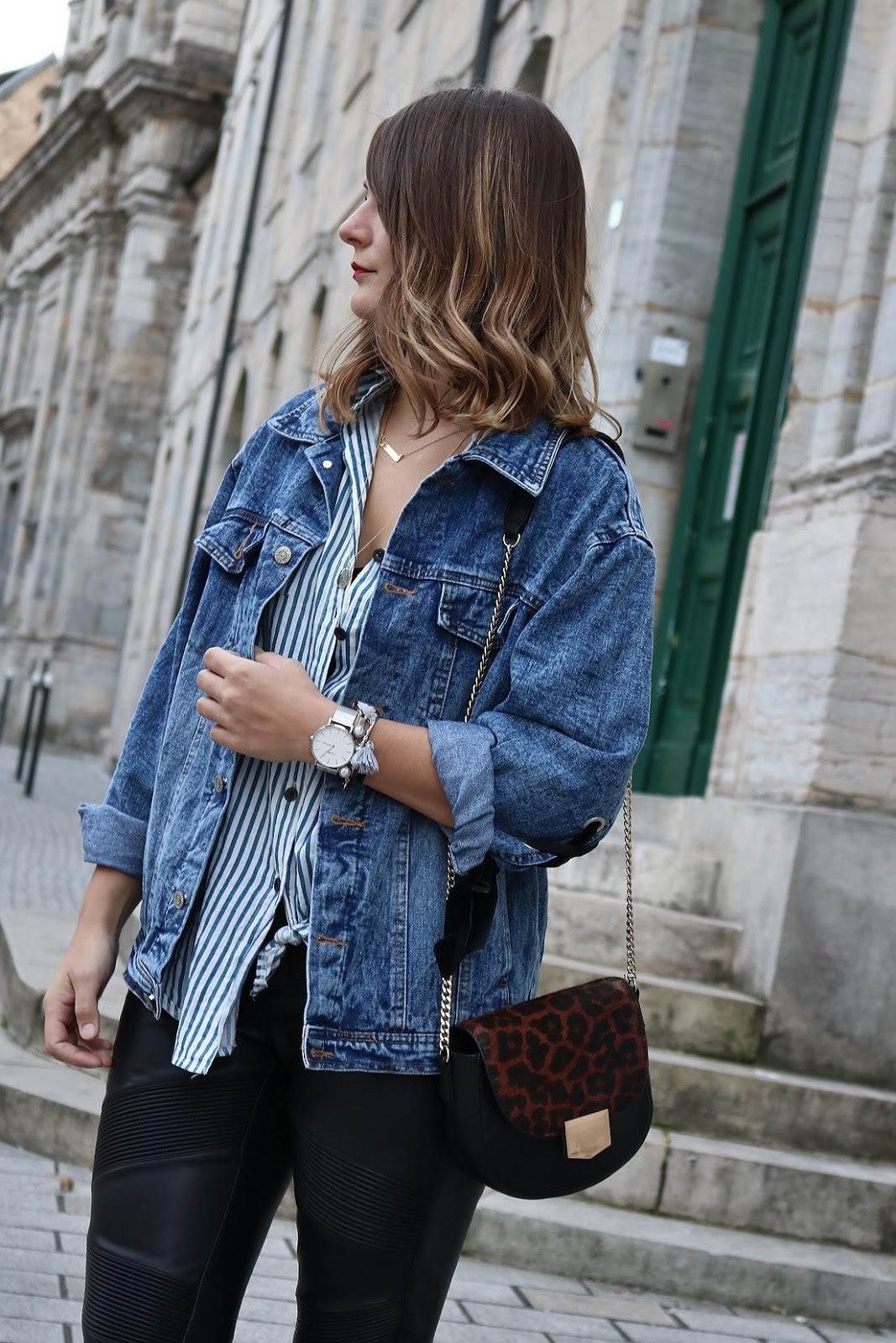 pauline-dress-tenue-look-besancon-veste-denim-lace-up-noir-tregging-chemise-rayee-sac-leo-zoom-last