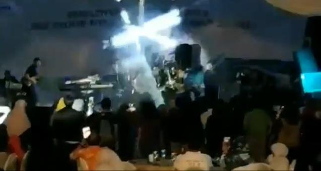 Video Mengerikan Detik-detik Air Laut Terjang Panggung Band Seventeen, Panggung Roboh, Penonton Tersapu Arus