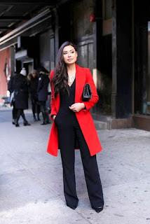 Perpaduan warna red sweatshirt dengan leather pants