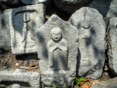 石段脇にある小石仏群