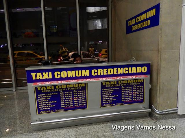 Guichê para venda de voucher de táxi comum credenciado no Terminal 2 do Aeroporto Galeão