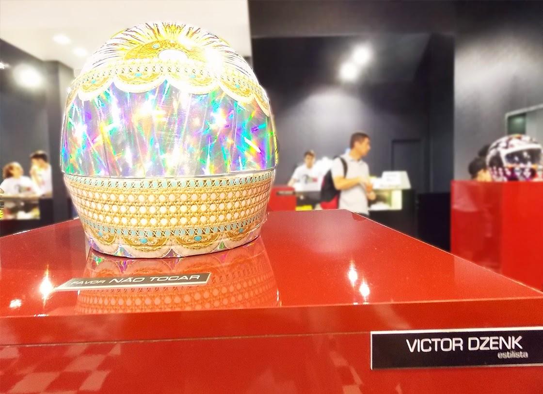 capacete feito por Victor Dzenk  em homenagem a Ayrton Senna