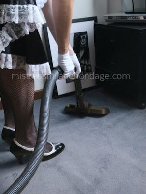 foto di sissymaid alle prese con i lavori domestci