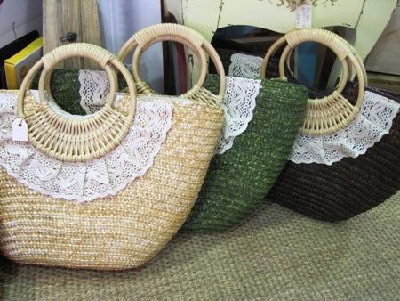 Bolsos cesta de palma con encaje y asa corta redonda