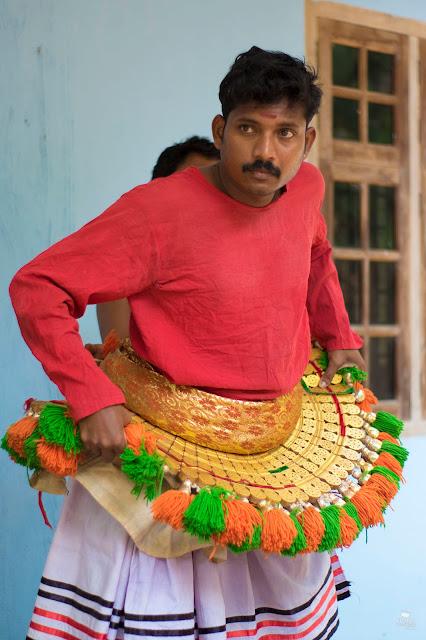 danza ritual poothan y thira kerala India